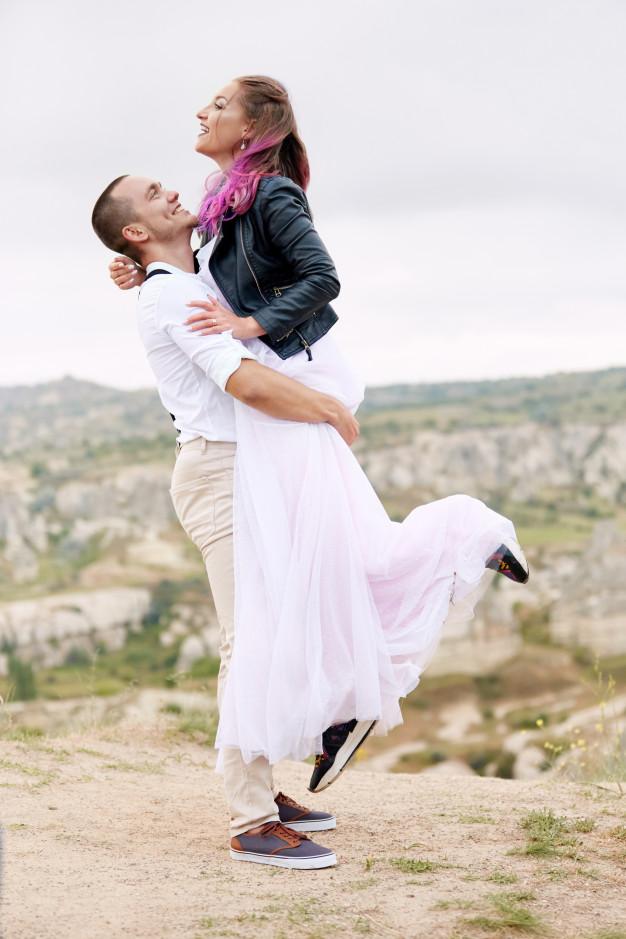 Zakochana para na weselu w Kamiennym Dworku